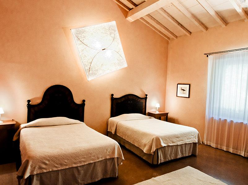 spineto-abbazia-sorgente-soggiorno-camera